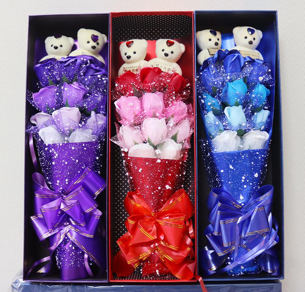 Hoa Hồng Sáp Thơm 11 Bông Có Gấu. Xếp Tầng Phủ Tuyết rất sang chảnh và tuyệt đẹp.
