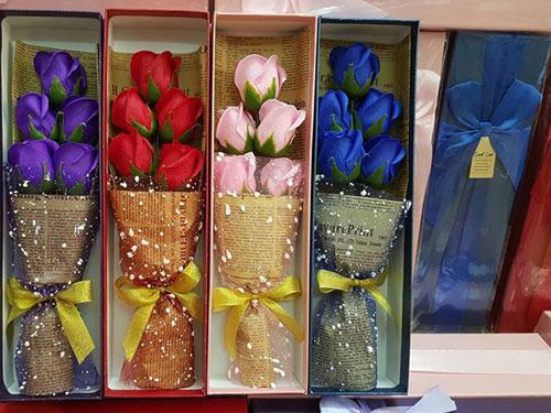 Hoa Hồng Sáp Thơm loại 5 Bông không có gấu - Đủ màu xanh, đỏ, tím, hồng.