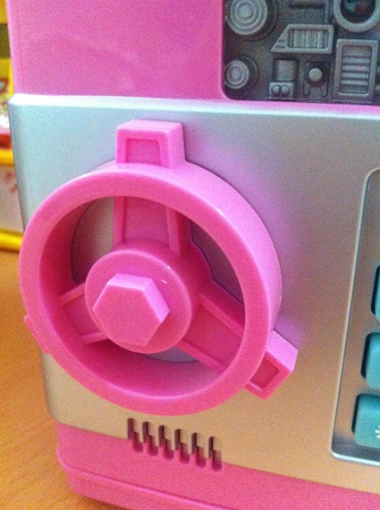 Tay nắm của Két Mini Thông Minh được thiết kế như tay nắm két sắt gia đình.