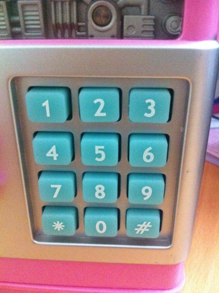 Hệ thống phím bấm mật khẩu được làm từ cao su dẻo, bền chắc, cho bạn dễ dàng thao tác.